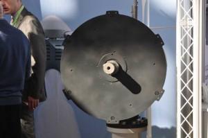 Der Hersteller Tuge zeigt einen Generator seines Windkraftwerkes. Dieser kann mit Magneten aufgerüstet werden, wenn eine höhere Windkraft  vorhanden ist und die Windenergieausbeute steigen soll.  Hersteller der Windkraftwerke für Kleinwindenergieanlagen haben aktuell ein schweres Umfeld.